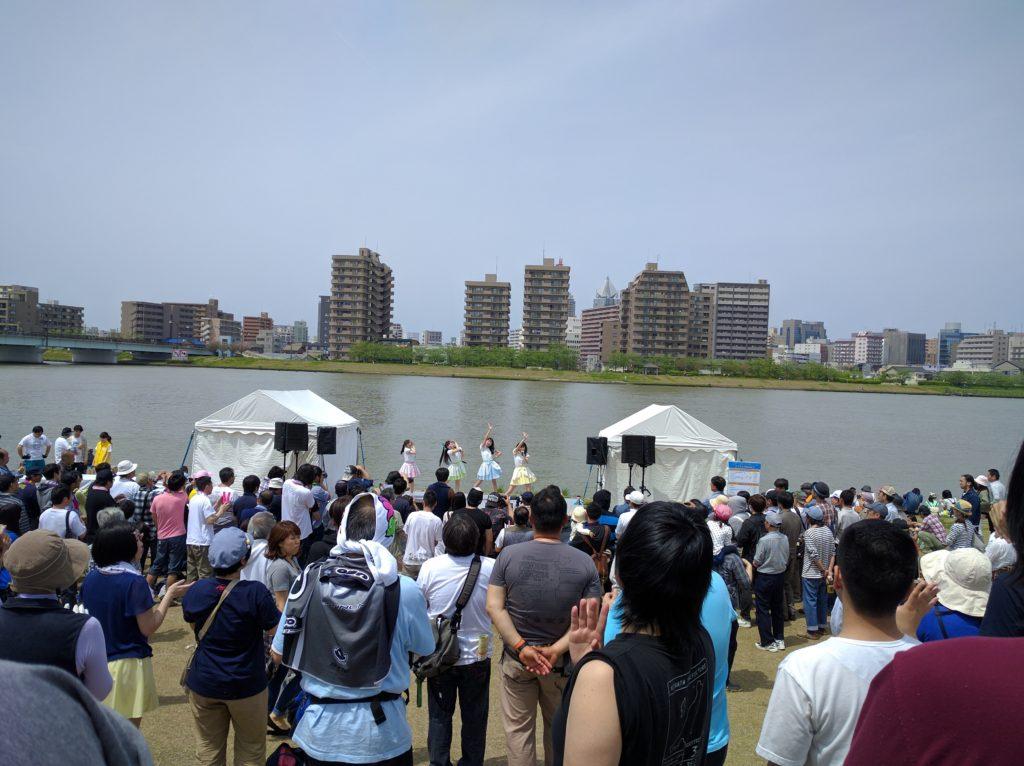 RYUTist 信濃川をバックに熱唱!