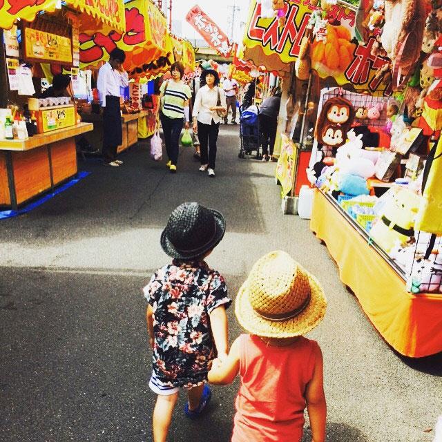 蒲原祭り 手を繋ぐ写真