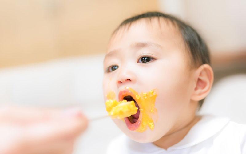 赤ちゃん大きな口で離乳食