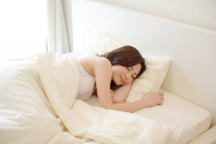 ベットで快眠の女性